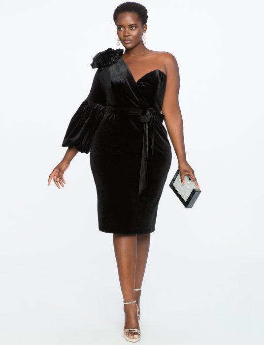 Chica plus size usando un vestido negro descubierto de un hombro
