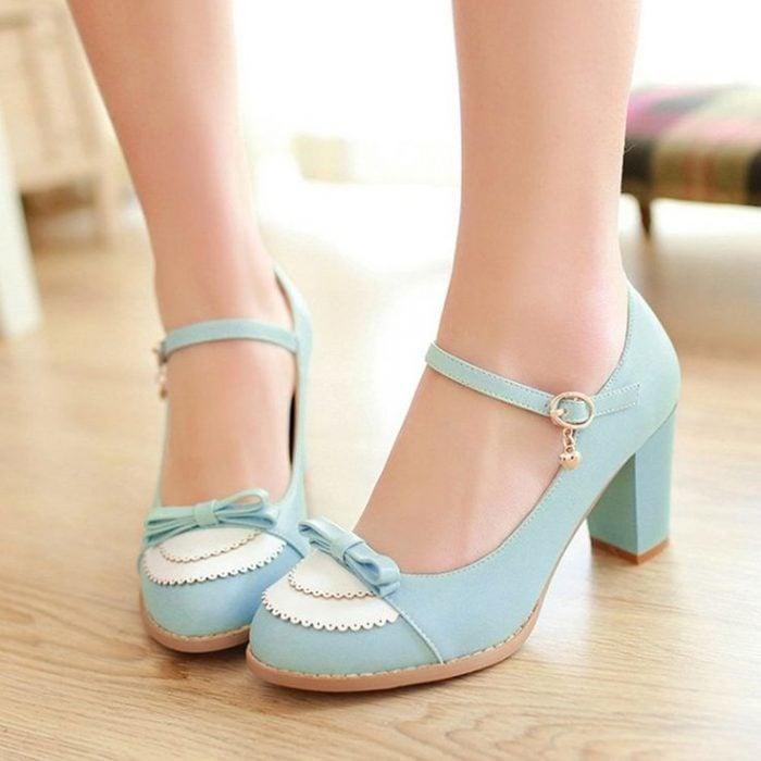 zapatos azules con moño al frente