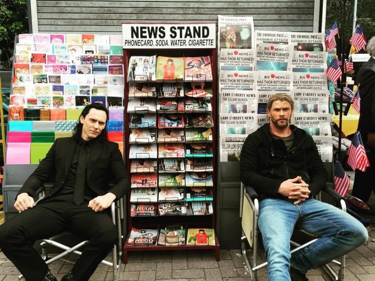 chris hemsworth vendiendo periodico con tom hiddlestone