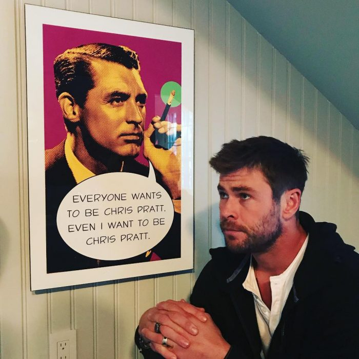 chris hemsworth y su cartel de chris pratt