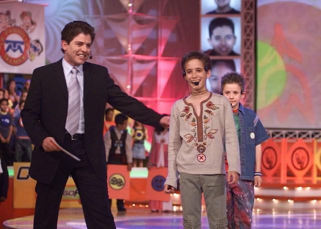 niño rubio con micrófono en concurso