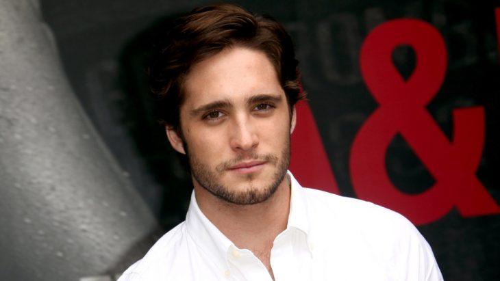 chico rubio con barba y camisa blanca