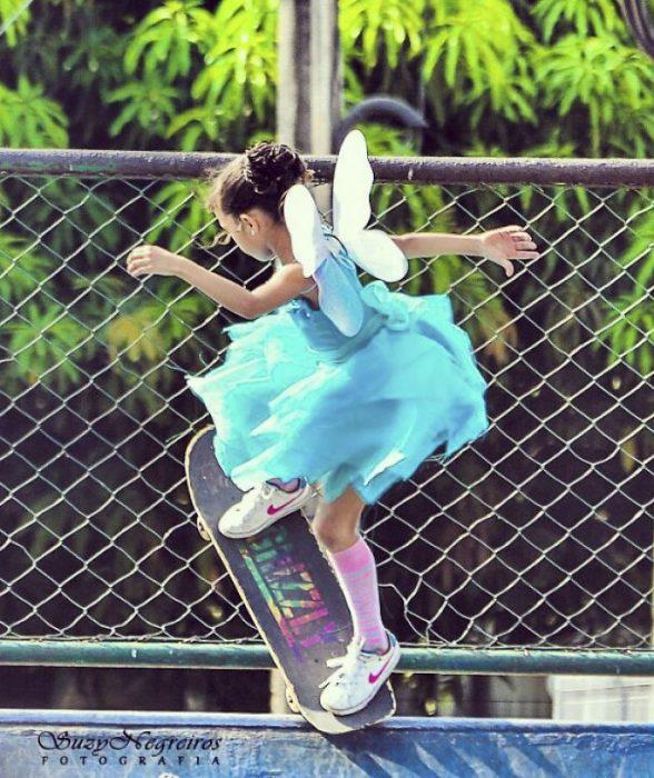 niña con vestido de princesa y alas