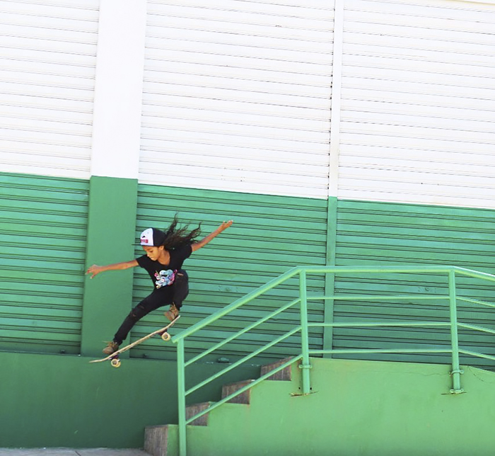 niña con patineta bajando escaleras