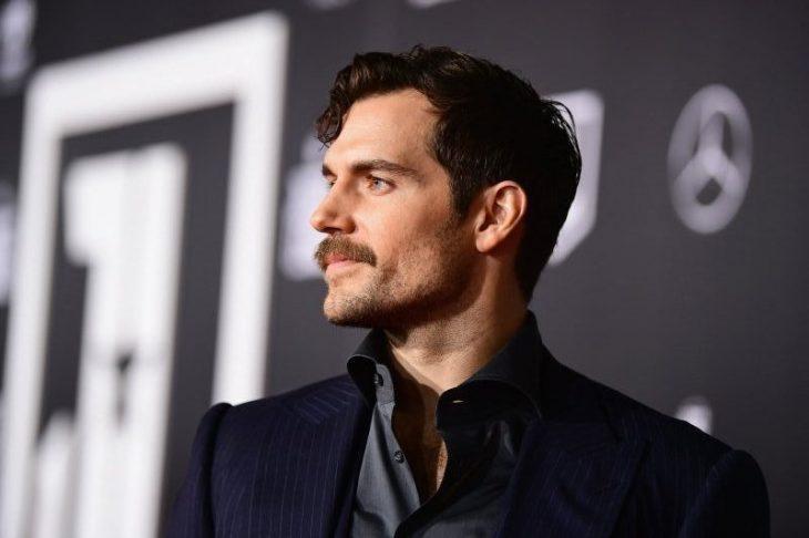 hombre de perfil con bigote