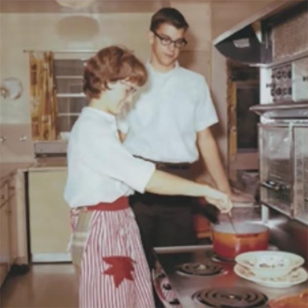 mujer y chico haciendo de comer en estufa