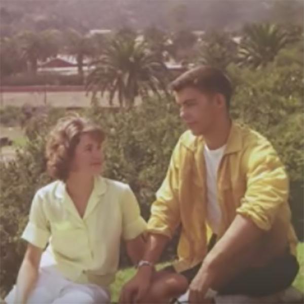 hombre y mujer sentados mirandose
