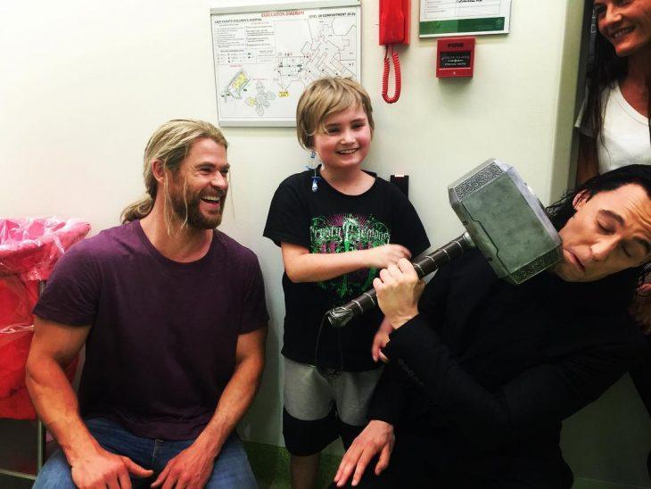 loki y thor visitando un hospital de niños