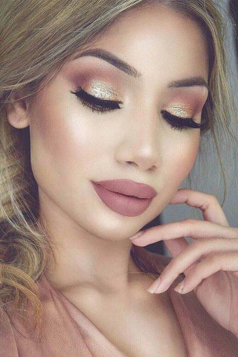 Chica usando un glitter de color dorado