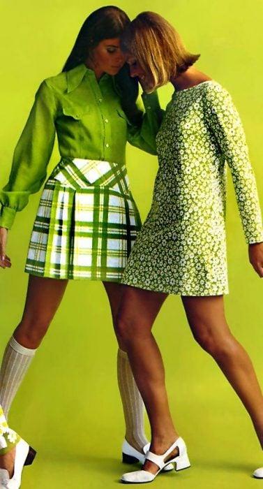 chicas usando vestidos de los años 60