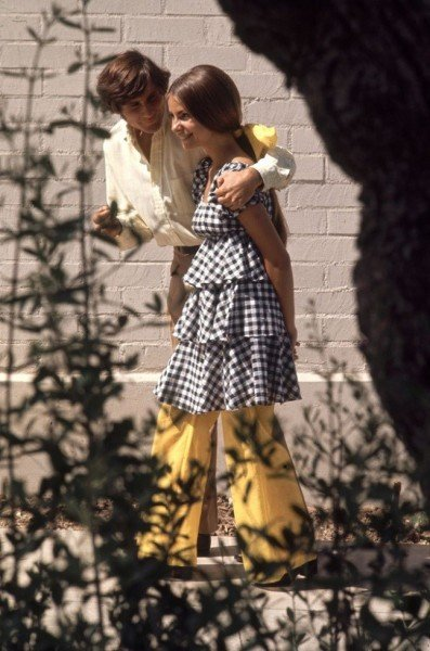 chica caminando por su novio en la calle