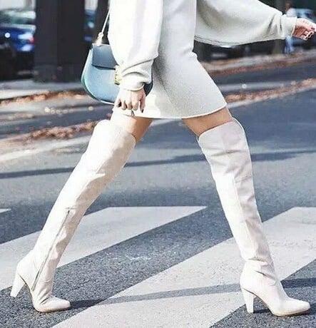 botas largas de color blanco
