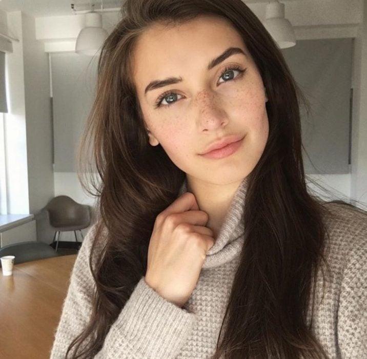 Chica mostrando un maquillaje al natural
