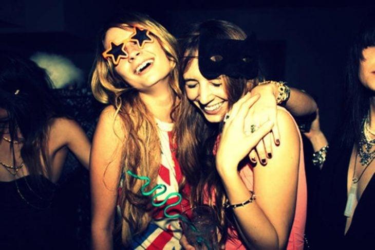 Chicas abrazadas y yendo de fiesta
