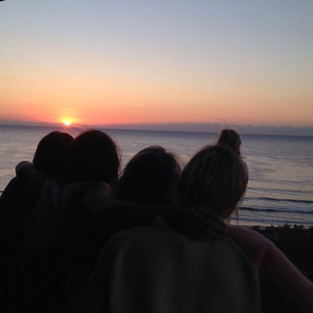 chicas viendo el amanecer