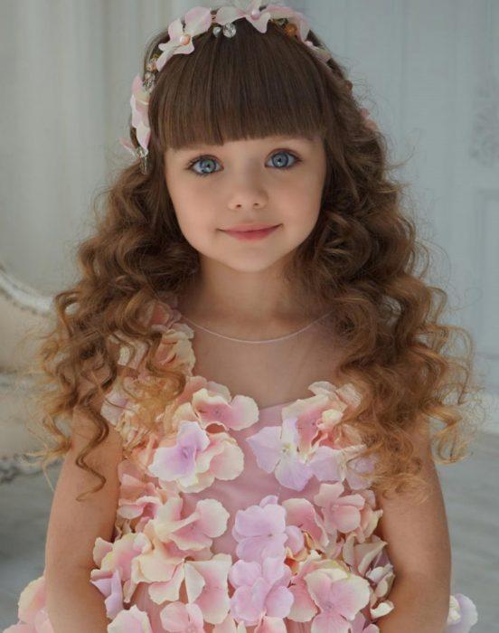 Niña que parece muñeca