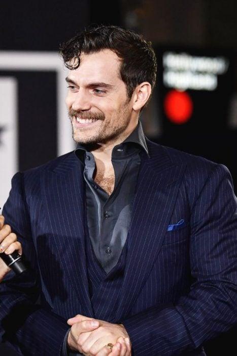 Henry Cavill sonriendo con bigote sexi