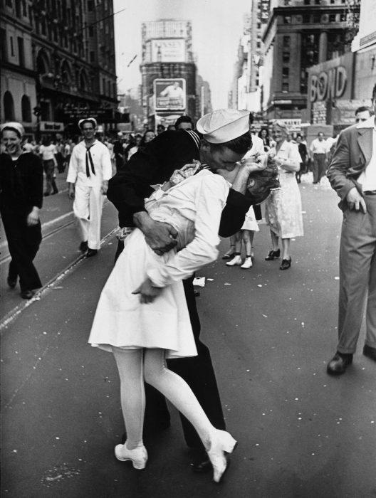 Un marinero besando a una enfermera al final de la Segunda Guerra Mundial, 1945