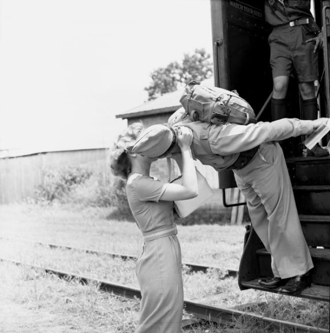 Soldado despidiéndose de su novia antes de que el tren arranque, 1960
