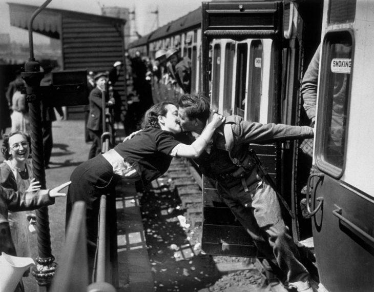 Una chica recibe a su novio regresando de la Segunda Guerra Mundial en Londres, 1940