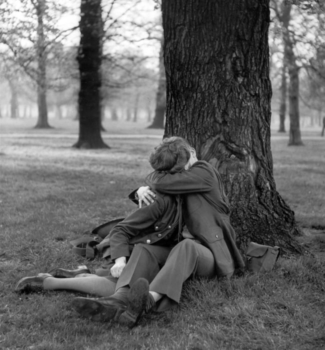 Sargento ingles disfrutando un beso, 1945