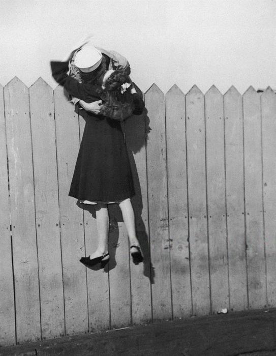 Marinero levanta a su prometida para besarla, 1945