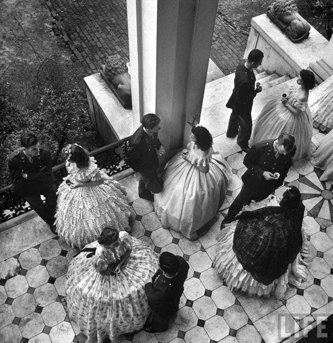 Una fiesta en el porche para los cadetes de la Escuela de Vuelo de la Armada en Mississippi, 1943