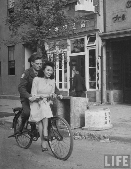 Un soldado americano paseando a una japonesa en bicicleta en Japón, 1946