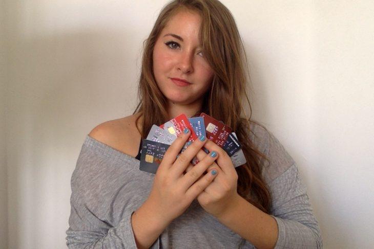 chica con muchos creditos