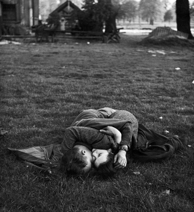 Soldado americano besando a su novia en Hyde Park, 1945