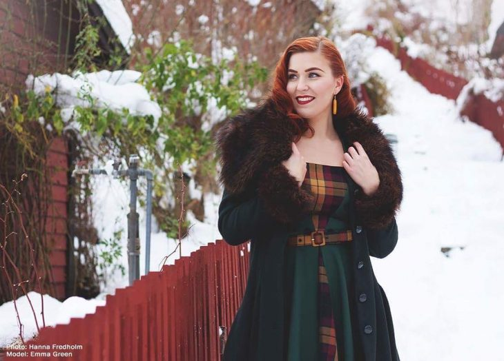 mujer pelirroja con abrigo de piel