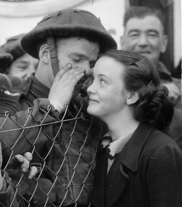 Soldado británico susurrándole al oído a su esposa, 1939