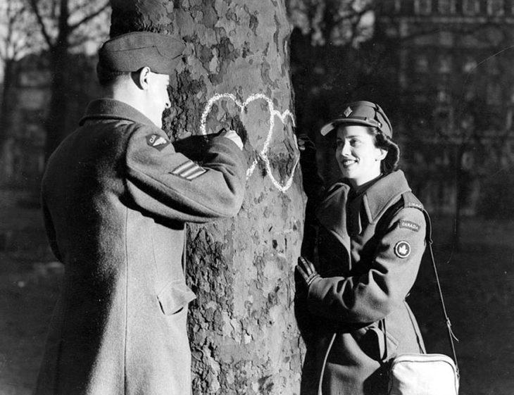 Pareja dibujando corazones el día de San Valentin, 1944