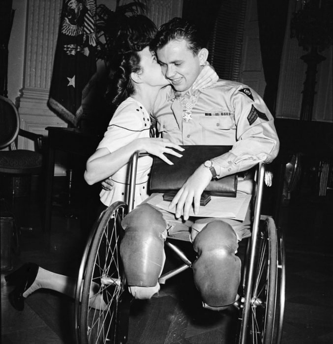 hica besando a su prometido en silla de ruedas después de la Segunda Guerra Mundial, 1945