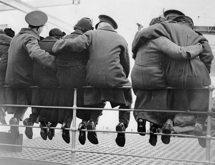 Soldados ingleses despidiéndose de sus esposas, 1937