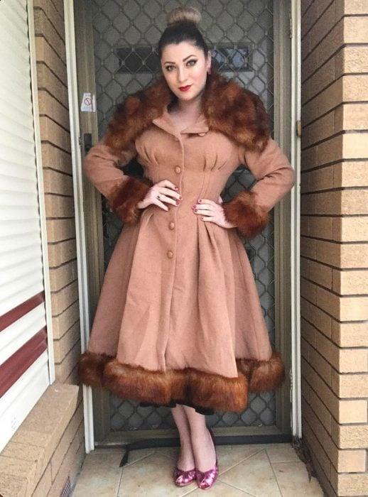 mujer con abrigo café y piel café
