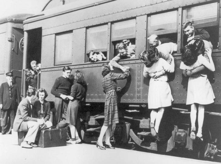 Chicas despidiéndose de los soldados que van a la Segunda Guerra Mundial