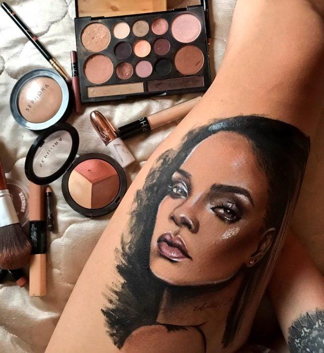 Artista que pinta en su piel el rostro de Rihanna