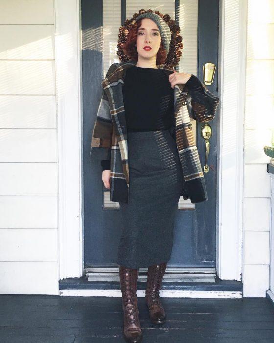mujer con falda larga y botas café