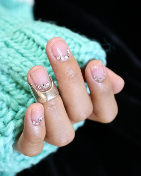 uñas con aplicaciones de vidrio