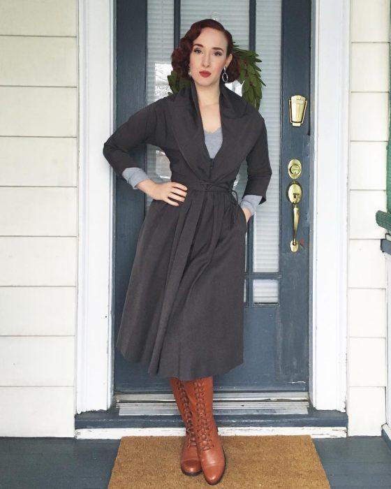 mujer con abrigo gris y botas café