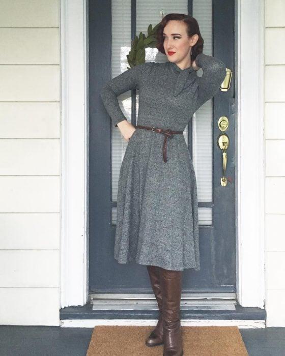 mujer con vestido gris y boras café
