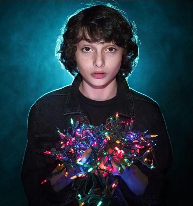 chico sosteniendo luces