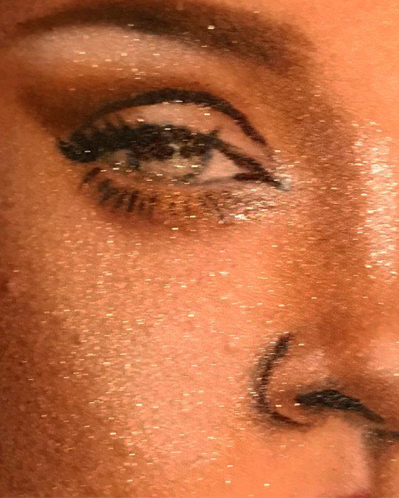 Artista que pinta el rostro de Rihanna