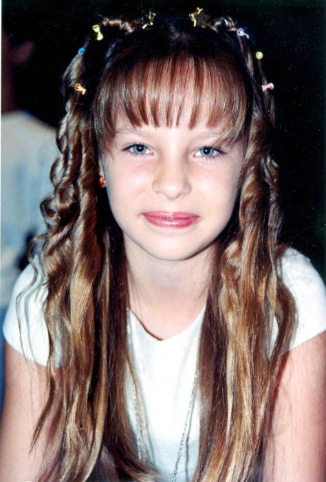 niña con cabello rizado