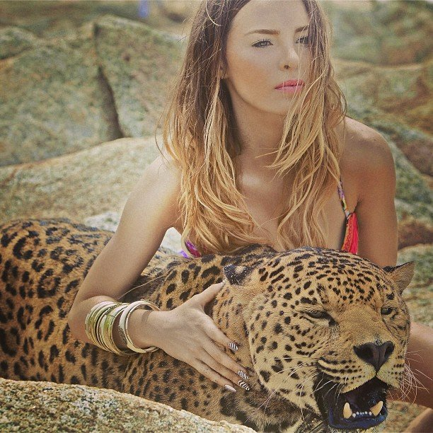 Cantante Belinda acariciando un leopardo en un video musical