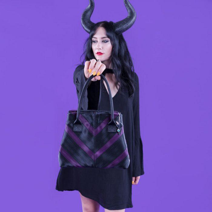 chica con bolso negro en mano