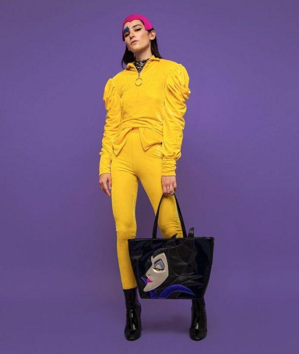 chica modelando un bolso