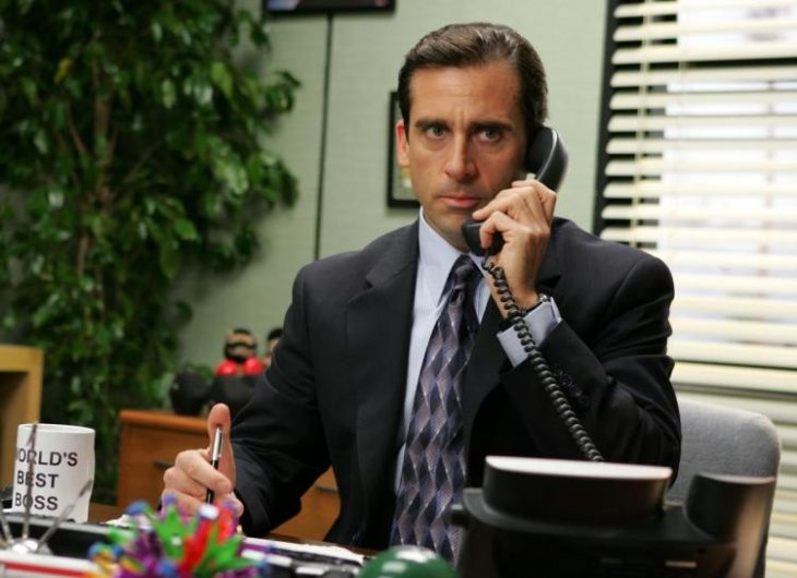 hombre contestando el teléfono