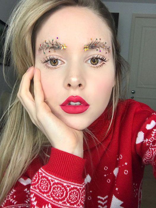 Chica que creó la cejas de árbol de navidad